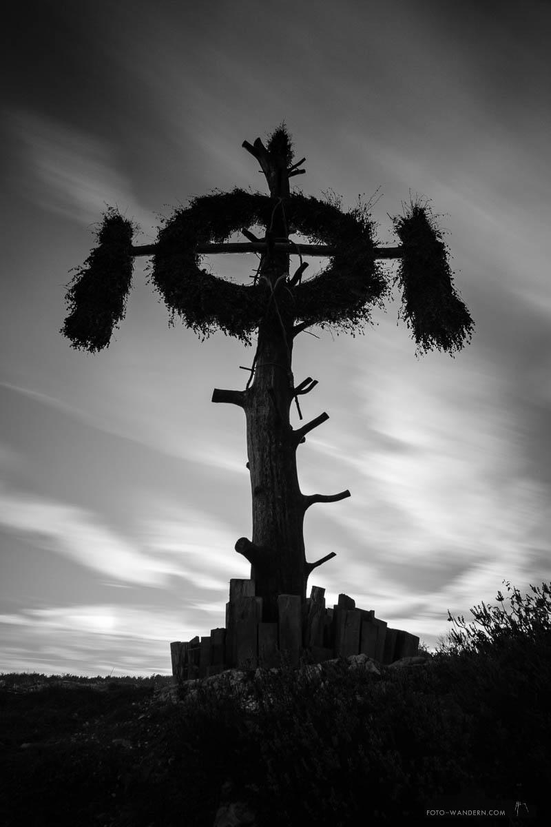 queste © andreas levi foto wandern com jpg die queste ist ein zehn meter hohen baumstamm in questenberg einem dorf im sudlichen harz sachsen anhalt an ihr ist ein riesiges reisigkranz befestigt